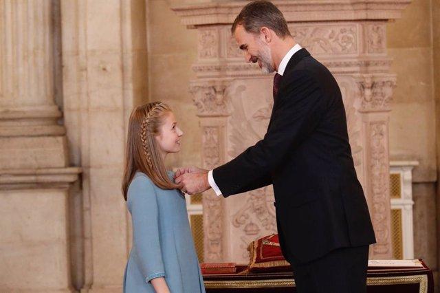 El rei Felip VI col·loca a la seva filla Leonor, princesa d'Astúries, el collaret de la Insigne Ordre del Toisó d'Or el 2018 (arxiu)