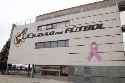 """La RFEF despliega un lazo rosa gigante en la Ciudad del Fútbol para """"dar la cara"""" contra el cáncer de mama"""