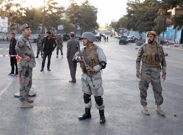 Policies afganesos vigilen en un lloc de control a Kabul, l'Afganistan.