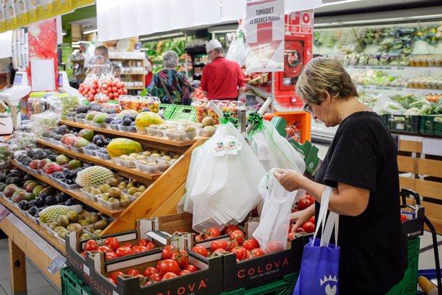 La secció de frutería d'un supermercat andorrà.