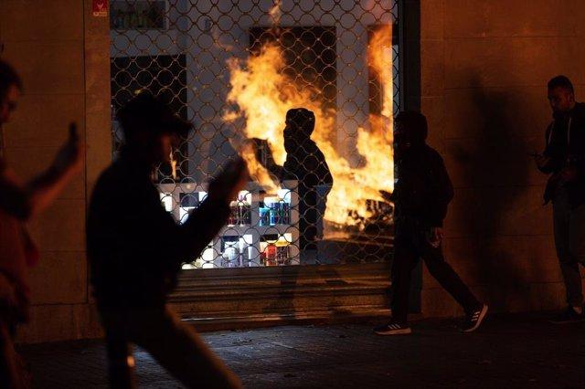 Avalots a Barcelona durant la tercera nit de protestes contra la sentència del procés independentista