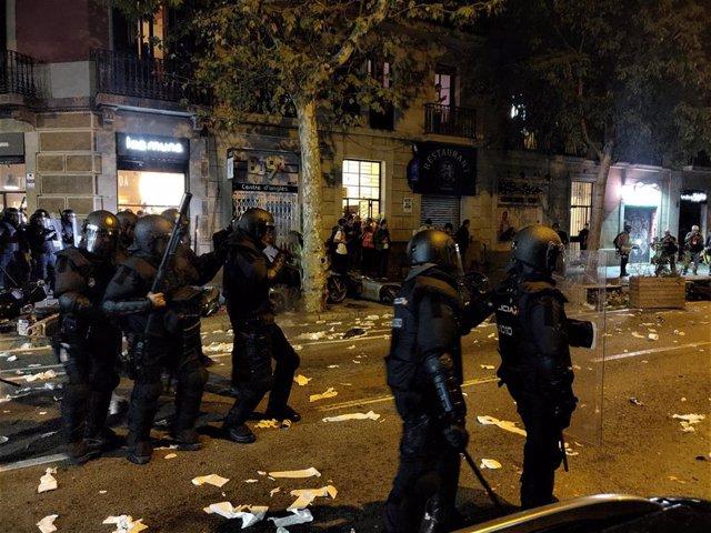 Antidisturbios de la Policía Nacional ante manifestantes en la zona de la Conselleria de Interior.