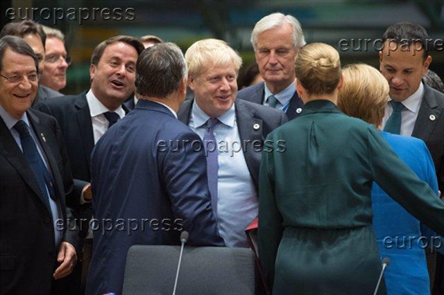 Johnson rodeado de los líderes europeos