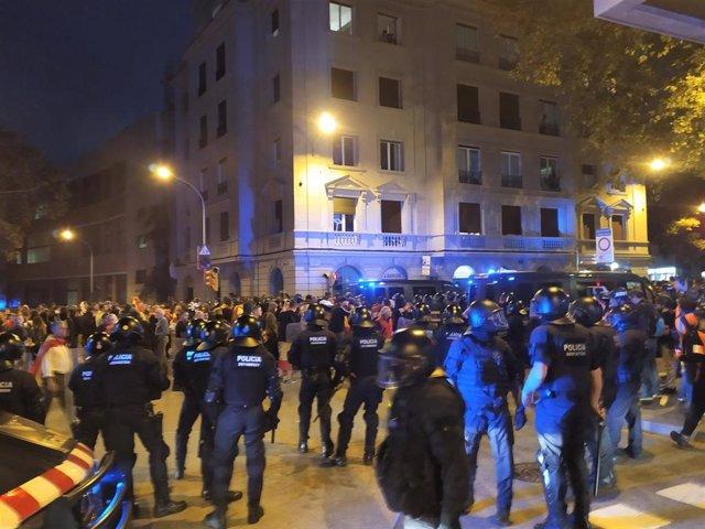 Concentraciones por la unidad de España y de la izquierda independentista en la plaza Artós de Barcelona