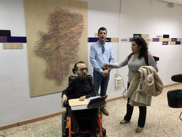 El secretari d'Acció de Govern i Institucional de Podem i candidat d'Unides Podem al Congrés per Saragossa, Pablo Echenique, es reuneix amb els 'riders'.