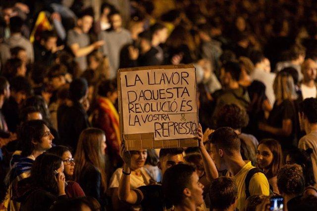 Pancarta durant la manifestació contra la sentència de l'1-O