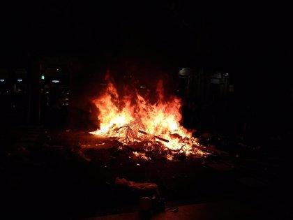Manifestantes antifascistas encienden hogueras y queman contenedores en Barcelona