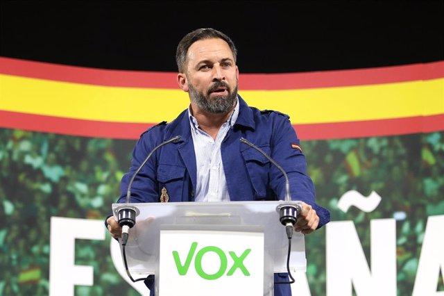 Acto público de Vox. En la imagen, el presidente de Vox, Santiago Abascal, durante su intervención, en Aguadulce (Almería, España), a 17 de octubre de 2019.