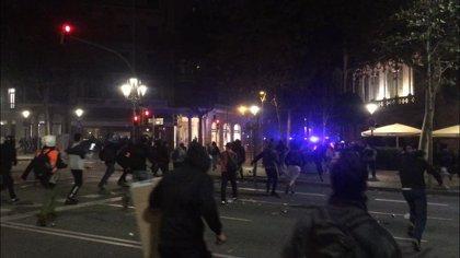 Activistas en Barcelona destrozan un sucursal bancaria y una tienda de ropa en Aragó-Claris