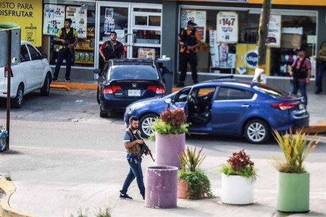 Un hombre armado del cártel de Sinaloa durante enfrentamientos con las fuerzas federales tras la detención de Ovidio Guzmán, hijo del narcotraficante 'El Chapo', en la ciudad de Culiacán