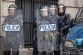 Huelga en Cataluña | Estudiantes arrojan huevos contra la Jefatura de Policía mientras corean que son gente de paz