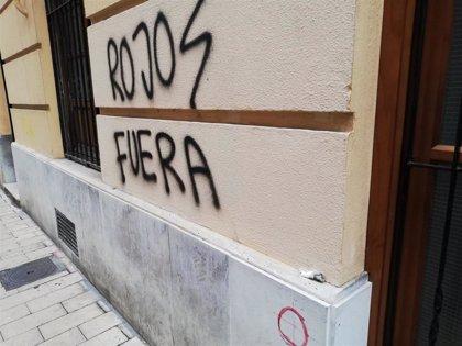 Cerraduras selladas y pintadas insultantes en la sede de IU en Valladolid