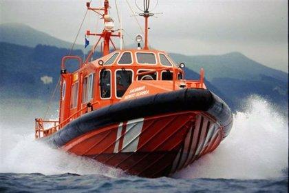 Rescatados y trasladados a Bermeo los cuatro tripulantes de un pesquero de Ribeira hundido
