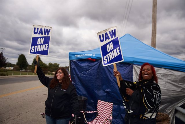 October 16, 2019 - Bedford, Indiana, United States: United Auto Workers (UAW) members picket outside the Bedford Casting Operations plant. UAW leaders announced today they have reached a tentative deal with General Motors to end a nationwide strike that b