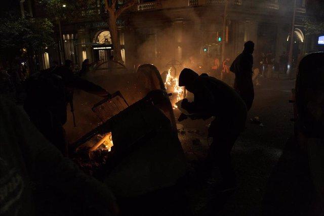 Manifestantes queman contenedores en la cuarta jornada de protestas en Barcelona contra la sentencia del procés