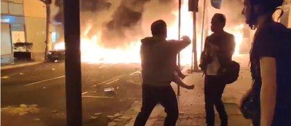 """El padre que apareció con un bebé en los incendios de la calle Roger de Flor: """"Nos han utilizado"""""""
