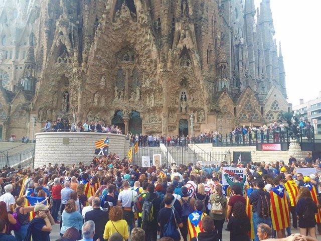 Centenars de persones es manifesten a la Sagrada Família en el Picnic x la República contra la sentncia de l'1-O  i en bloquegen l'accés