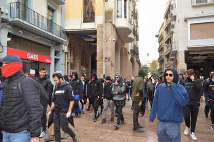 Un piquete del comité de huelga de Lleida ayuda a paralizar un desahucio