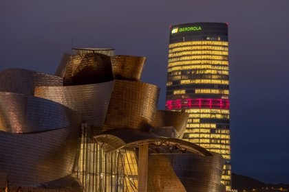Iberdrola ilumina de color rosa su torre en Bilbao por el Día Mundial Contra el Cáncer de Mama