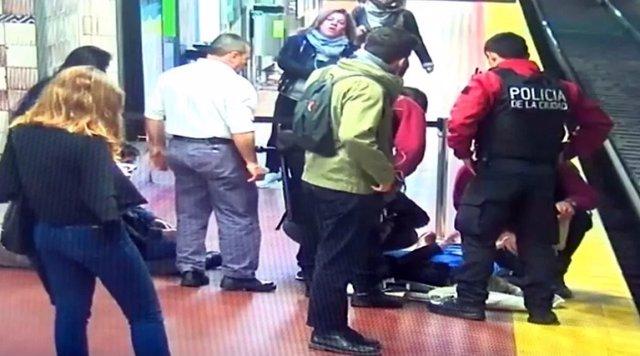 Logran salvar la vida de una mujer que había caído a las vías del metro gracias a la colaboración de los pasajeros