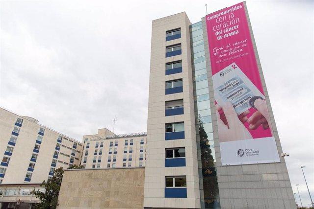 Fachada de la Clínica Universidad de Navarra con un cartel de su campaña contra el cáncer de mama