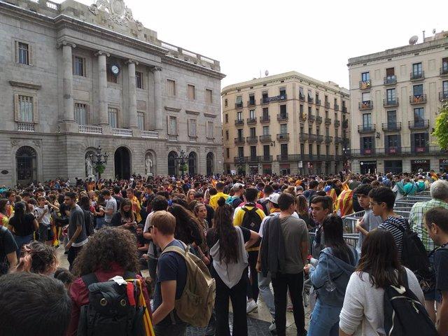 Estudiants de la manifestació es concentren a la plaça Sant Jaume de Barcelona