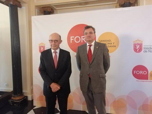 El exministro Cristóbal Montoro y el presidente del Colegio de Médicos de Navarra, Rafael Teijeira