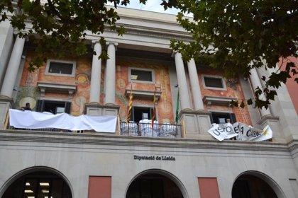 La Diputación de Lleida retira la pancarta con el lema 'Libertad' y pone una blanca