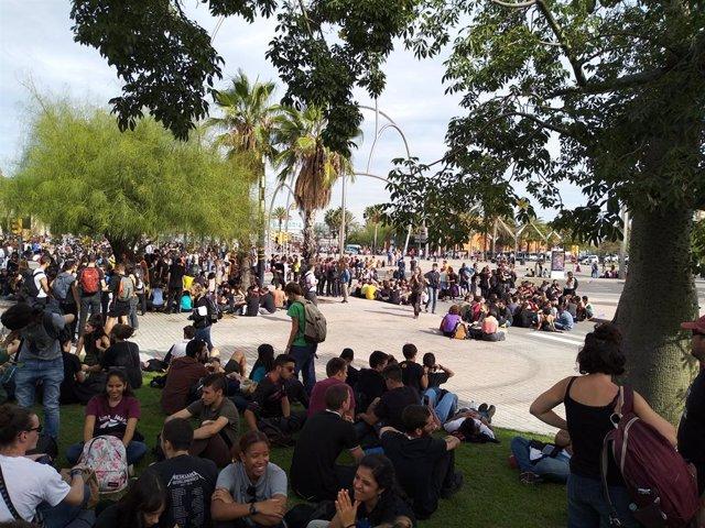 Centenars d'estudiants es concentren a les Drassanes davant una terminal de creuerista blindada