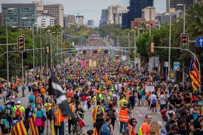 La última columna de la 'Marxa per la Llibertat' entra por la Diagonal de Barcelona con miles de personas