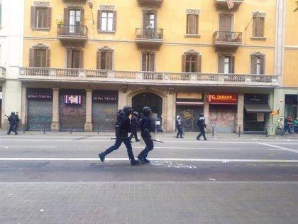 Dispersan a los estudiantes concentrados ante Jefatura de Policía que lanzaban todo tipo de objetos