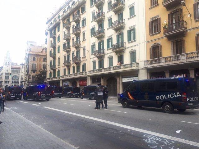 Furgons policials davant la Prefectura de Policia de Barcelona