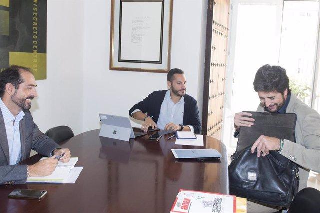 Mario Fernández con el alcalde de San José del Valle