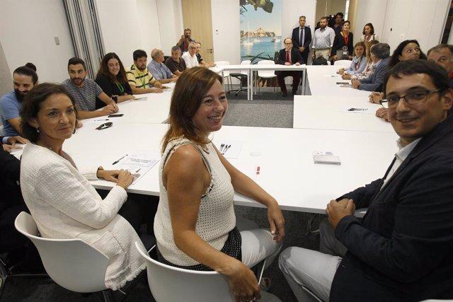 (I-D) La ministra de Turisme en funcions, Reyes Maroto; la presidenta del Govern, Francina Armengol i el conseller de Model Econòmic, Turisme i Treball, Iago Negueruela durant la reunió amb treballadors afectats per la fallida de Thomas Cook, en la