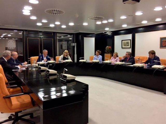 La consejera de Relaciones Ciudadanas, Ana Ollo, se reúne con asociaciones de víctimas del terrorismo