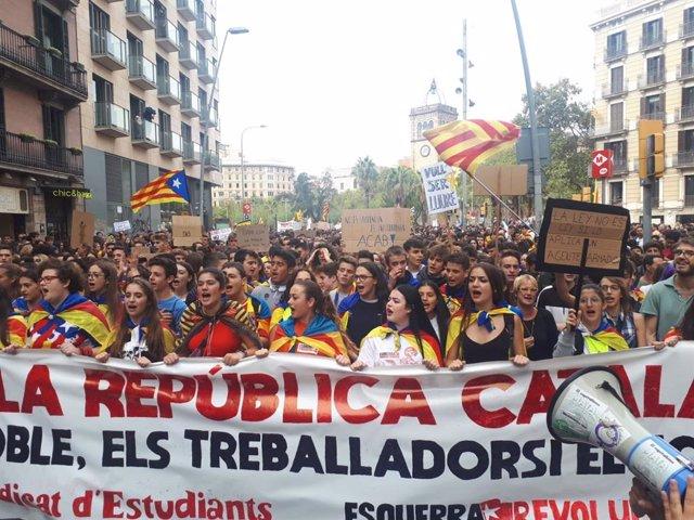 Manifestación de estudiantes en el marco de la huelga contra el fallo del 1-O
