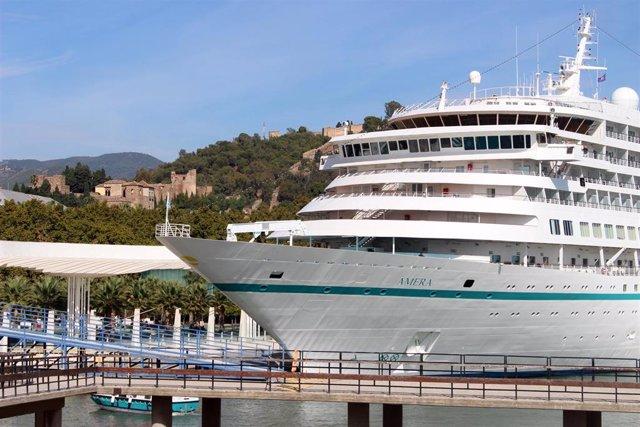 El crucero Amera atracado en el muelle del Palmeral de las Sorpresas de Málaga capital con la Alcazaba de fondo