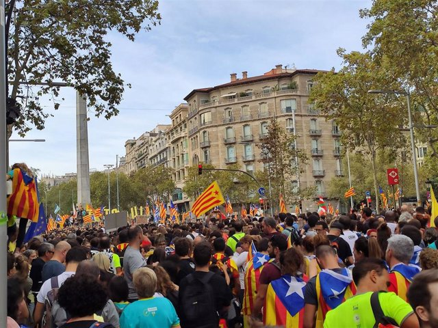 Manifestantes durante la manifestación convocada por los sindicatos Intersindical-CSC y IAC este viernes por la huelga general