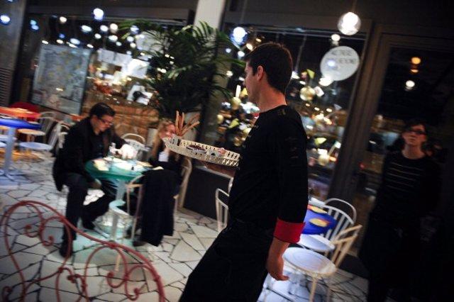 Un camarero sirve en una terraza, en una imagen de archivo