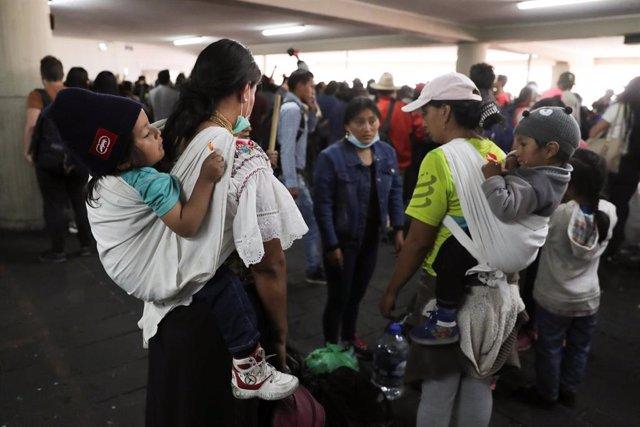 Mujeres indígenas con sus hijos tras las protestas en Ecuador