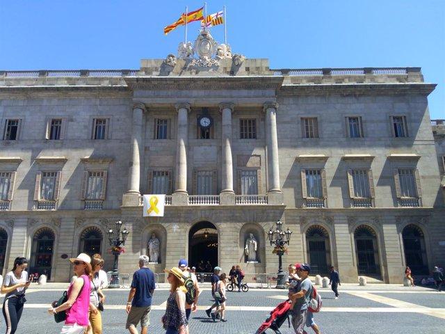 Lla groc a l'Ajuntament de Barcelona.