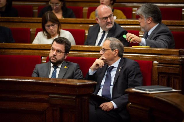 El vicepresidente y el presidente de la Generalitat, Pere Aragonès y Quim Torra, sentados en sus escaños durante una sesión plenaria celebrada en el Parlament tres días después de conocerse la sentencia del 'procés', en Barcelona (Cataluña, España), a 17