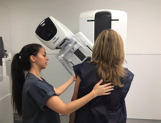 Paciente y sanitaria durante una mamografía