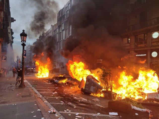 Fuego en los altercados en Via Laietana tras una manifestación contra la sentencia del 1-O