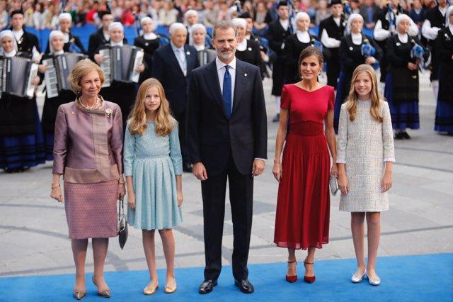 La Familia Real a su llegada al Teatro Campoamor, junto a la Reina Sofía