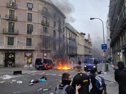 Manifestantes queman contenedores y lanzan piedras a la Policía en Via Laietana de Barcelona