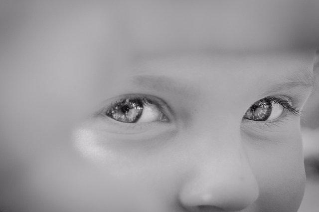 Niño mirando