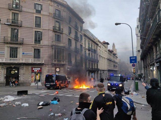 Aldarulls a la Via Laietana durant la vaga general contra el judici a l'1-O