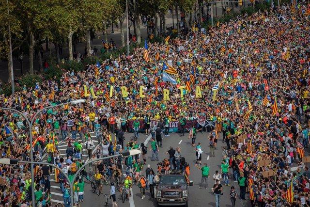 Llegada de miles de personas de les 'Marxes per la llibertat' por la avenida Meridiana de Barcelona