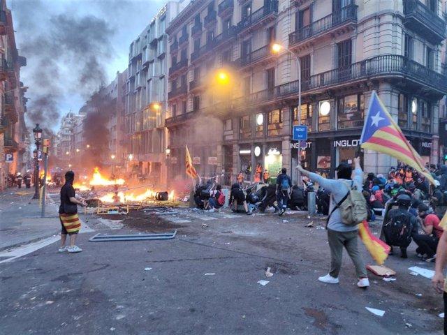Manifestantes en de la Via Laietana en Barcelona que protestan en los alrededores de la Jefatura de la Policía Nacionl contra la sentencia independentista
